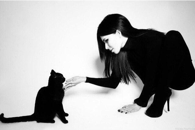 Черно белое фото. Женщина и кошка