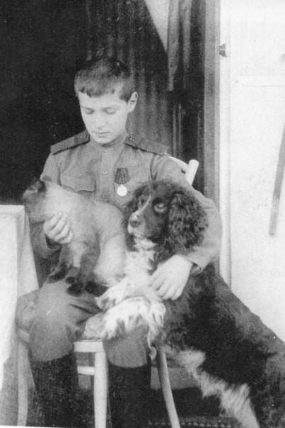 Цесаревич Алексей со своим котом и собакой, 1914 г.