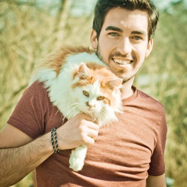 Парень с рыжим котом
