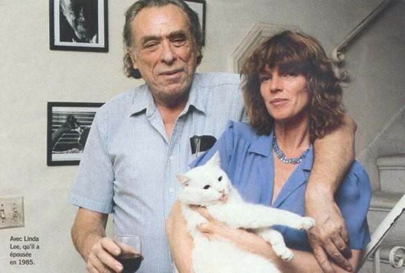 Чарльз Буковски с котом Фактотумом и женой.